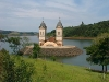 Igreja parcialmente submersa com o lago da Usina Hidrelétrica Itá